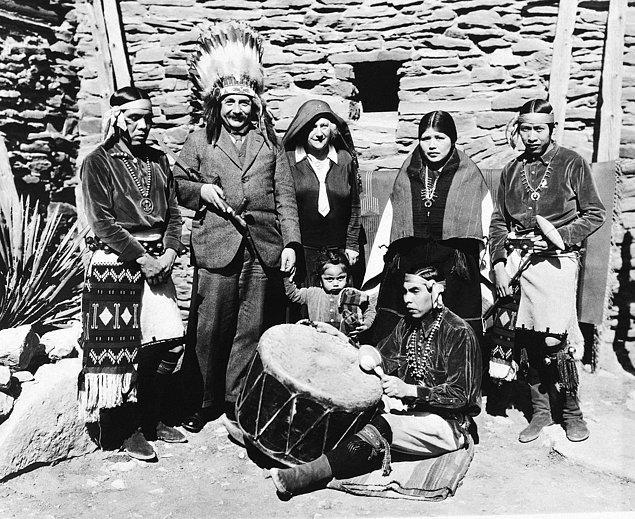 24. Eşi Elsa ile gittiği Büyük Kanyon'da Albert Einstein'ın bir Kızılderili başlığı ile pozu, 1931.