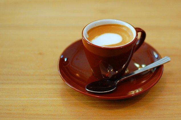 """5. Macchiato, espressolu bir içecektir. İtalyanca bir sözcük olup, """"işaretli"""", """"lekeli"""" anlamına gelir."""