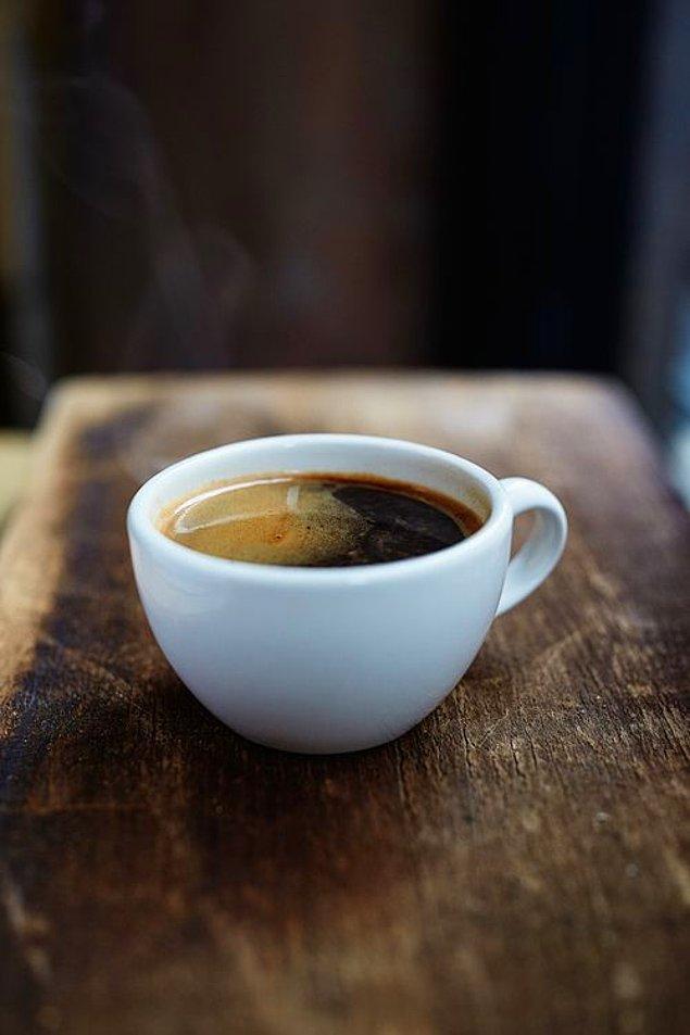 6. Americano, sıcak su ilavesi ile seyreltilmiş espressodur. Sert kahve sevenlerin ilk tercihidir.