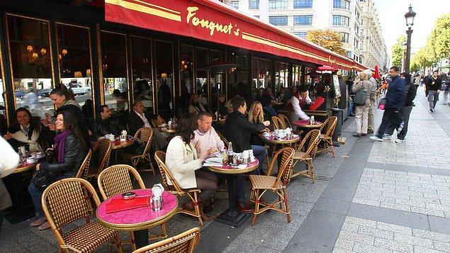 4. Tabii ki Paris'in kafelerinde oturacağız...