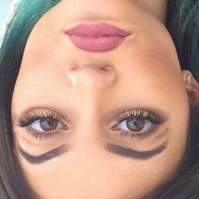 21. Kylie Jenner hala Snapchat filtresini andırıyor.