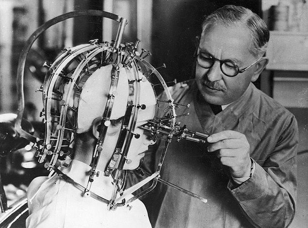 """23. Max Factor, Aktris Dorothy Wilson'un üzerinde """"güzellik mikrometresi"""" adını verdiği aleti kullanırken, 1932."""