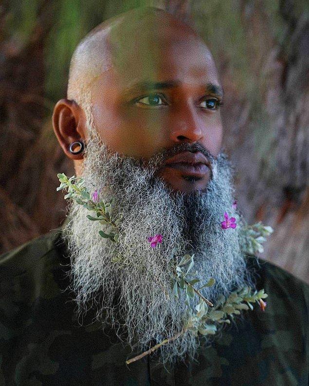 7. Çiçekli sakalları diğer trendlerle bir arada kullananlar da var.