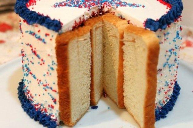 6. Kesilmiş pastanın arasına kürdanla ekmek dilimleri sabitleyip pastanın kurumasını engelleyebilirsiniz.