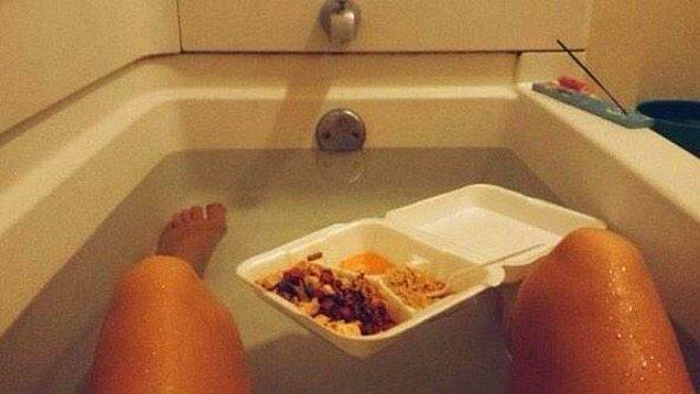 3. E yemek siparişlerinin kapları suda yüzüyor ya la? Dolu küvette yemek qeyfiiee