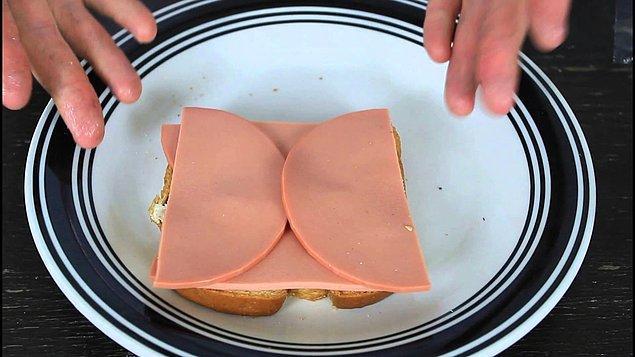 15. Sabah kahvaltısında hazırladığınız sandviçlerin salamlarını bu şekilde koyup kuru ekmek yemeyi önleyebilirsiniz