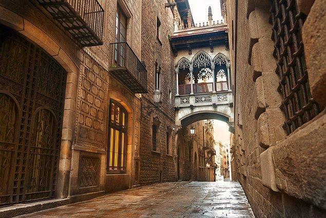 4. Dar sokaklar, Gotik binalar...