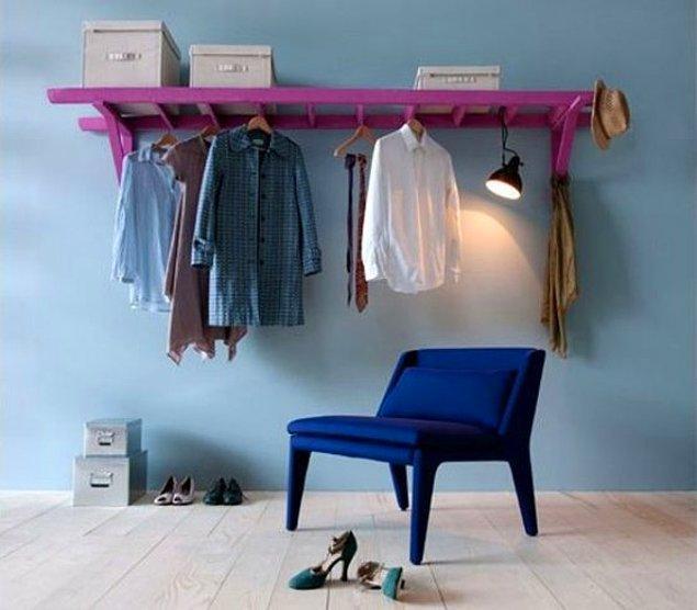 21. Eski bir merdiveni dekoratif bir askı olarak kullanarak evinizin havasını değiştirin.