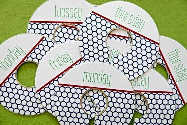 33. Tüm hafta giyeceğiniz kıyafetlerinizi hafta başından kombinleyerek ve kombinlerinizi gün gün etiketleyerek zamandan tasarruf edebilirsiniz.