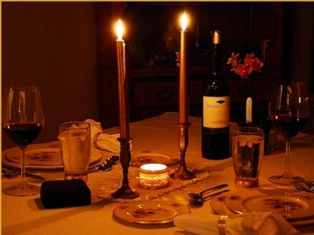 Mum ışığında romantik bir akşam yemeği