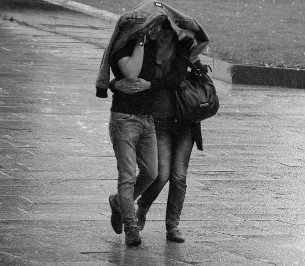 Yağmurlu günlerde sokakta sarmaş dolaş yürümek