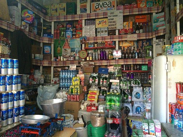 7. Süpermarketlerin varlığından bihaber, lazım olan her şeyi bakkaldan satın almak