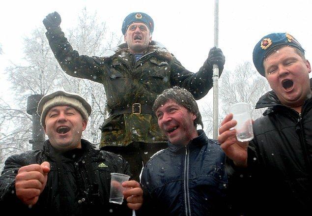 20. Rus erkeklerinin 1/4'i aşırı votka kullanımından 50'li yaşlarını görmeden ölüyorlar.