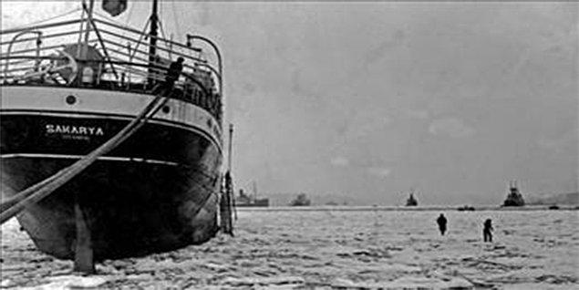 Vapur seferleri iptal edilirken insanların buzların üzerine çıkması İstanbul Valiliği tarafından yasaklandı.