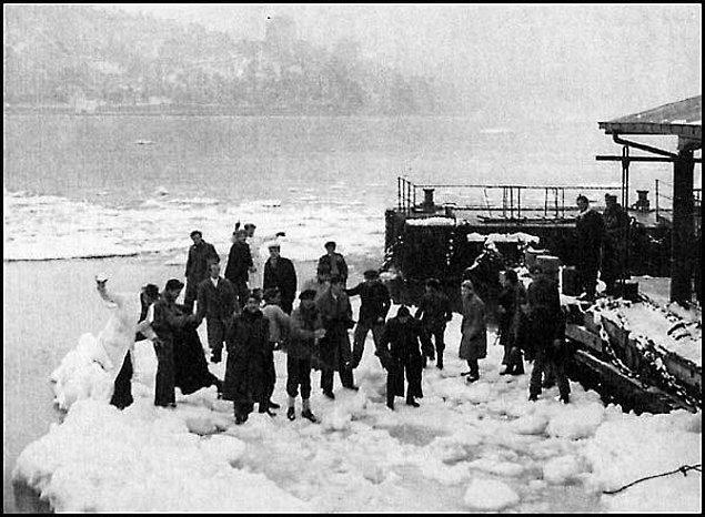 Bu olağanüstü duruma şaşıran İstanbullular, kıyılarda toplanıp hatıra fotoğrafı çekilmeye başladı.
