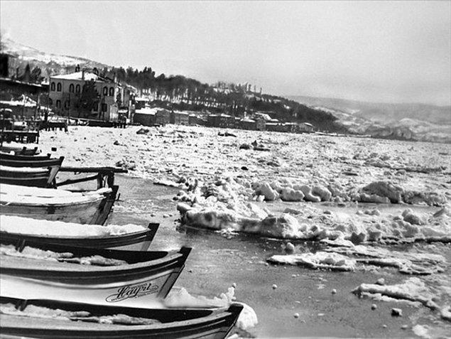 Önce Tarabya koyu, gece yarısına doğru Kanlıca, Anadolu Hisarı ve Kandilli açıkları buzlarla doldu.