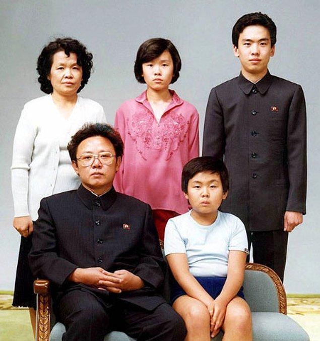 2. Kim Jong Il'in biyografisinin kişisel başarılar kısmında hava durumunu kontrol edebildiği, tuvalete çıkmadığı ve hamburgeri icat ettiği yazar.
