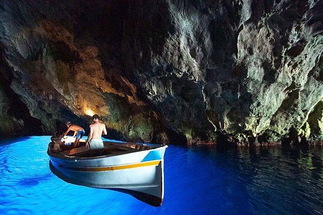 11. Zaman içerisinde denizciler tarafından görmezden gelinen ve unutulan Grotta Azzurra, yerel korku hikayelerine de konu olmuş.
