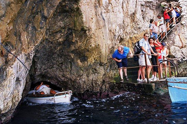 4. Grotta Azzurra'ya su yüzeyinin üzerinde kalan 1 metrelik oyuktan kayıkçıyla beraber toplamda 4 kişinin sığdığı küçük sandallarla giriliyor.