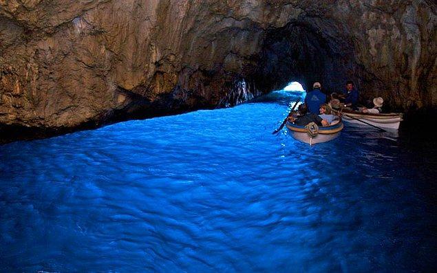 7. Grotta Azzurra, Roma İmparatoru Tiberius'un hükümdarlığı sırasında bir deniz tapınağı olarak kullanılmaktaymış.