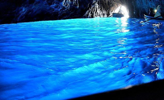 14. Grotta Azzurra'nın içerisinde yüzmek hem güvenlik hem de suyun berraklığının korunması açısında yasak.