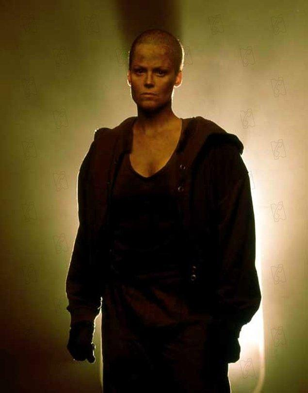 Bu X-Men karakterini Alien 3'teki Ellen Ripley'e benzeterek oraya da bir selam çakmış oldu.