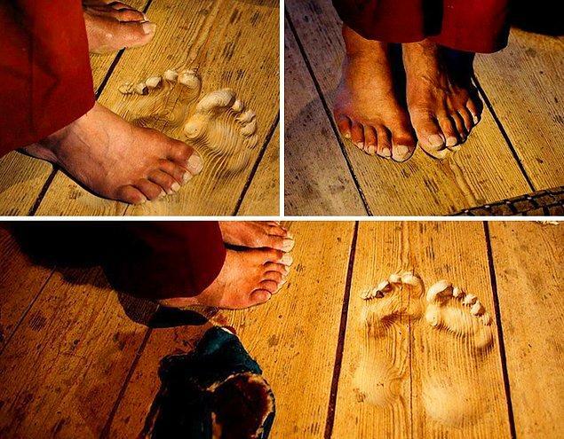 1. 20 yıl boyunca sürekli aynı yerde dua eden bir keşişin ayak izleri.