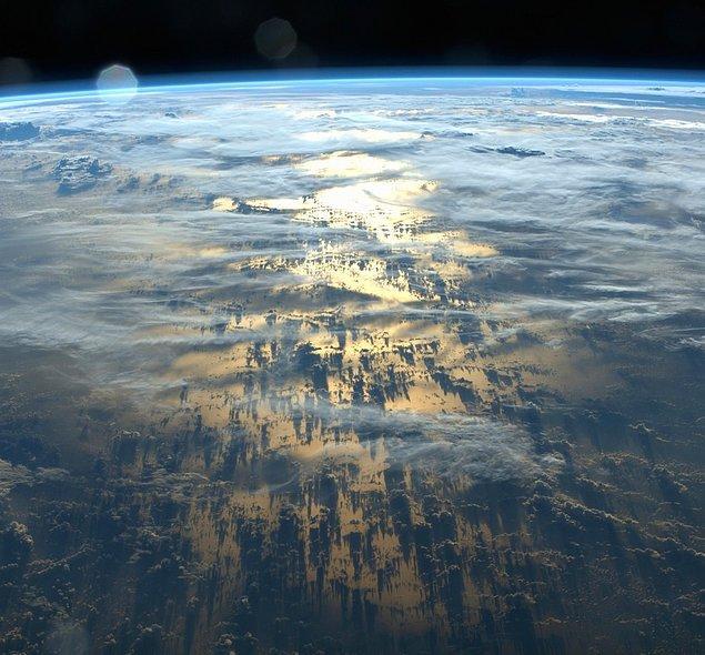 6. Bulutların Dünya üzerine yansıyan gölgeleri.