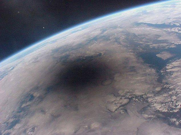 9. Güneş tutulmasına tanıklık eden Dünya üzerindeki bir bölgenin uzaydan görünüşü.