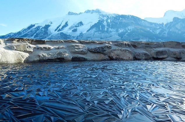2. Tasarlanmış geometrik şekiller gibi buz tutan bir göl.