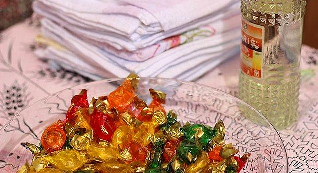 3. Kolonya-şeker ikramı başlar, ellerin otomatik olarak kalkışa geçmesiyle o kadarının kafi olması anlaşılır.