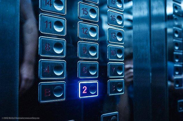 16. Otelin 5. katına asansörle ulaşmak yasak, sadece merdivenleri kullanarak o kata ulaşabiliyorsunuz.