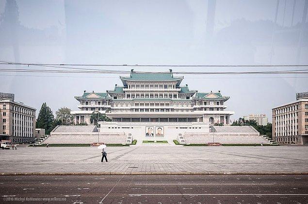 18. Kim Il-Sung Meydanı. Yerel yönetim, dışarıdan gelenlerin bu meydanın fotoğrafını çekmesini özellikle istiyor.
