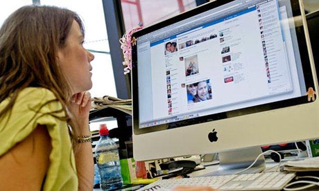 6. Patronunuzun yanınızdan her geçişinde internette takıldığınızı görmesi