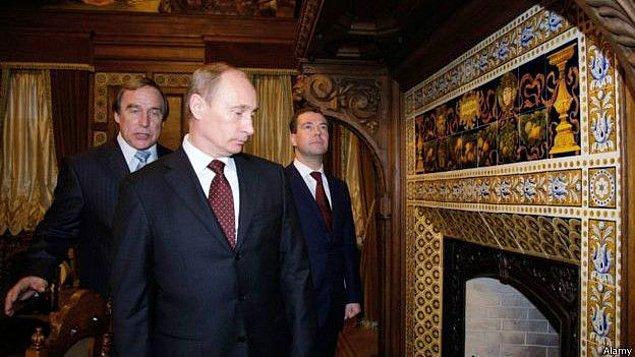 Putin'in çocukluk arkadaşı Sergey Roldugin (en solda) adına kayıtlı bir offshore şirket üzerinden milyarlarca dolarlık kara para aklama operasyonu yapıldığı iddia ediliyor
