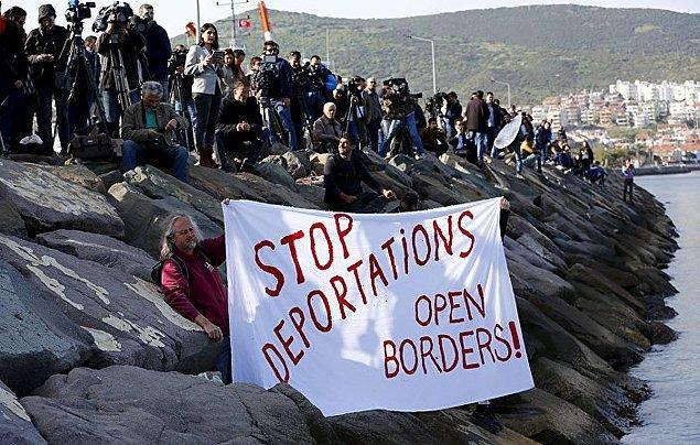 İzmir'in Dikili limanında bekleyenler 'Sınır dışı etmeye son verin, sınırları açın' yazılı bir pankartla sığınmacıları karşılamıştı