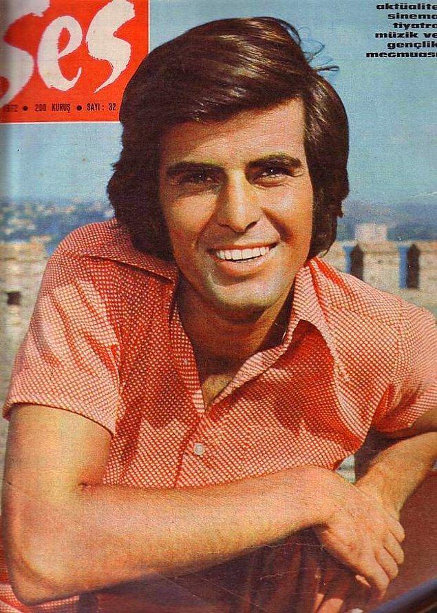 Dönemin pek çok ünlüsü gibi, o da Ses dergisinin oyunculuk yarışmasında birinci olarak sektöre giriş yaptı.