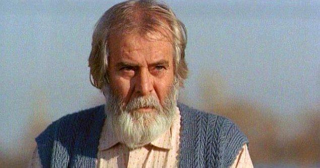 Beyaz saçları ve sakalları ile Tarık Akan,dimdik bir duruşa sahip ve karizmasından hiçbir şey kaybetmedi