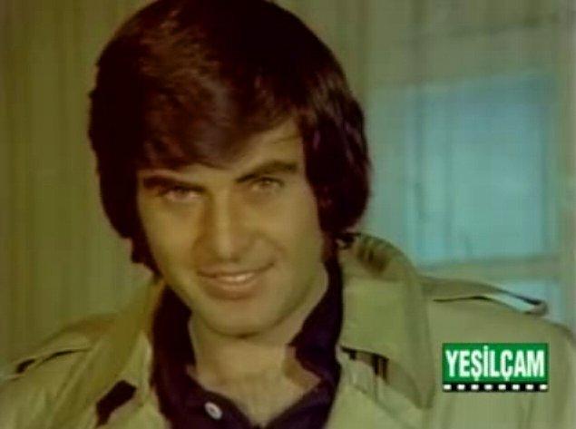 Dönem adeta Yeşilçam'ın zirvesiydi, Tarık Akan ise çapkın gülüşü ve sıcak elektriği sayesinde elbette ki romantik komedi tarzı filmlerde oynuyordu.