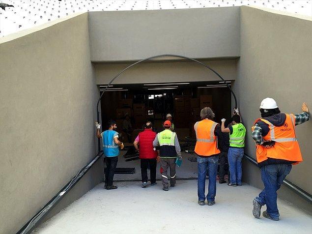 Sporcuların çıkış tünelinde körük montajına da başlandı.