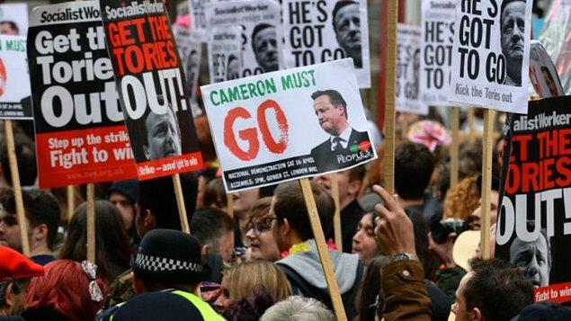 Londra'da yaklaşık 2 bin kişinin katıldığı bir protesto gösterisinde Cameron istifaya çağrılmıştı.