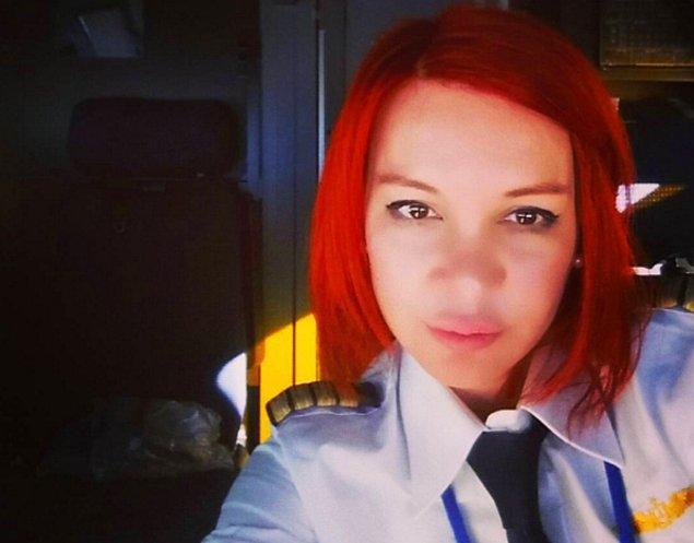 Ataol Behramoğlu, bu uçuşu gerçekleştiren kadın pilot ile tanışmak istemiş fakat çekingenliğine yenik düşmüş.