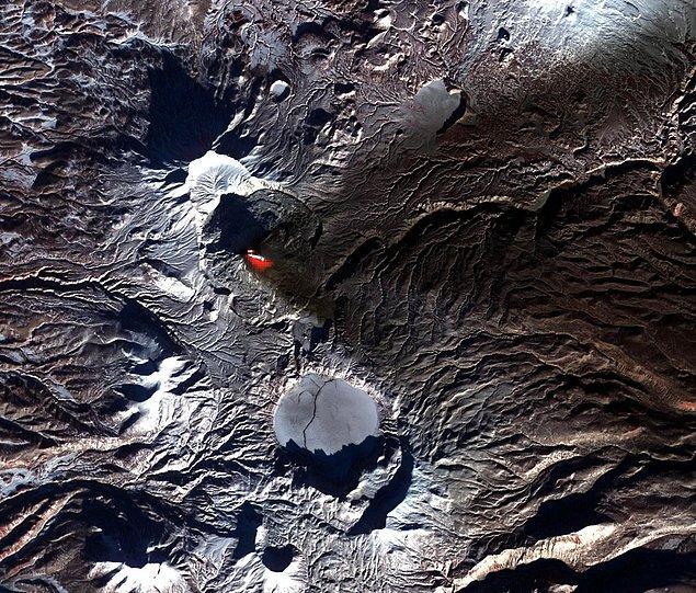 6. Bu görüntü ise aynı yarımada üzerinde bulunan Karymsky stratovolkanının 2006'daki patlaması sırasında çekildi.