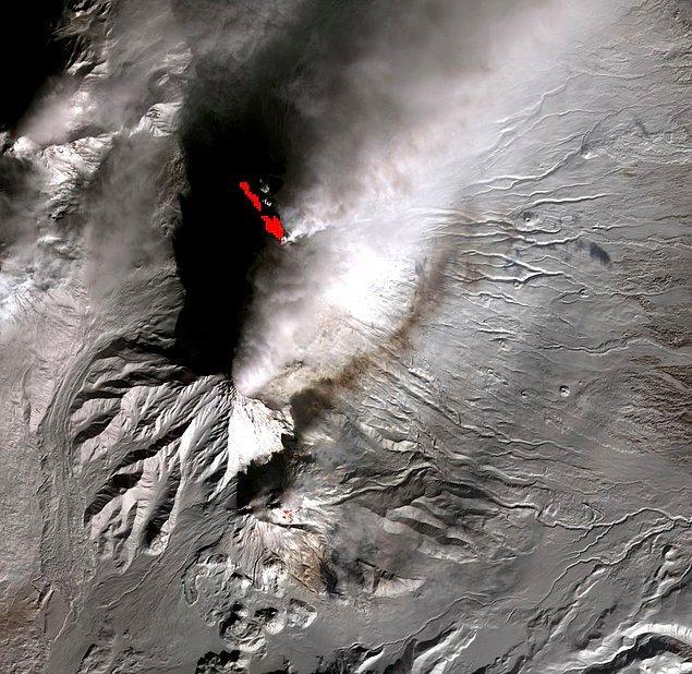 7. Yarımadanın en aktif stratovolkanı Kliuchevskoi'dir. Sürekli patlayıp kül bulutları yayan volkan hava yolculukları için hep bir sorun olmuştur.