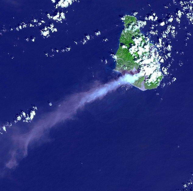 14. Karayipler'de bir stratovolkan olan Soufriere Hills'in 2002 yılında patlaması sonrası göğe yükselen bir kül bulutu.