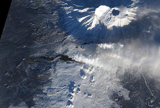12. Rusya'da bir yanardağ olan Tolbachik'in Aralık 2012'de patlaması sırasında çekilmiş görüntüsü.