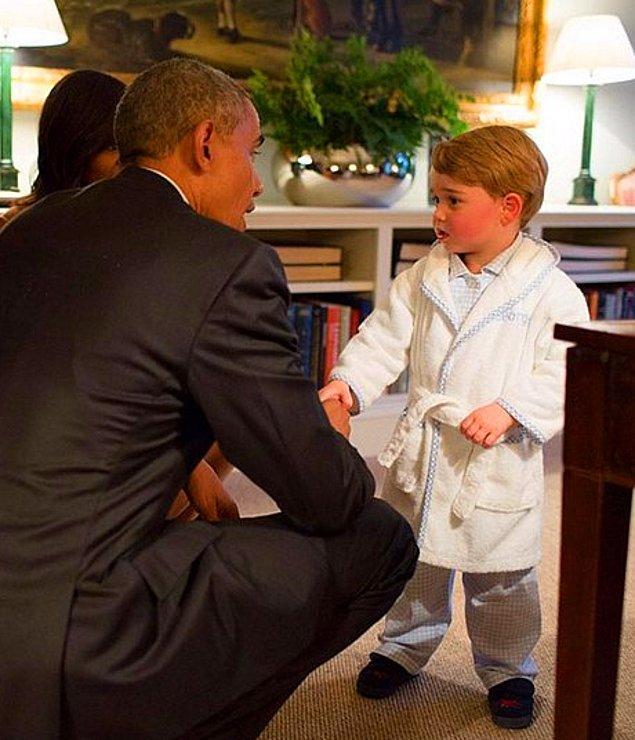 Tatlılığı ile herkesin sevgisini kazanan Prens George, yatmadan önce pijamalı da olsa Başkan Obama ile tokalaşmayı ihmal etmedi.
