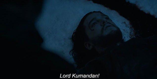 Şu yaptığınız hoş mu şimdi? Jon Snow'umuz yiğit Lord Kumandanımız yerlerde yatıyor öylece, gözleri açık şekilde.