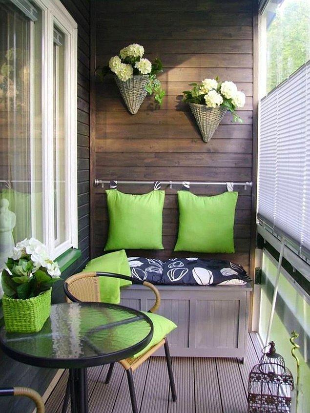 7. Balkonu biraz daha fazla kişiye açmak isteyenlere hem dolap hem minder önereceğim!