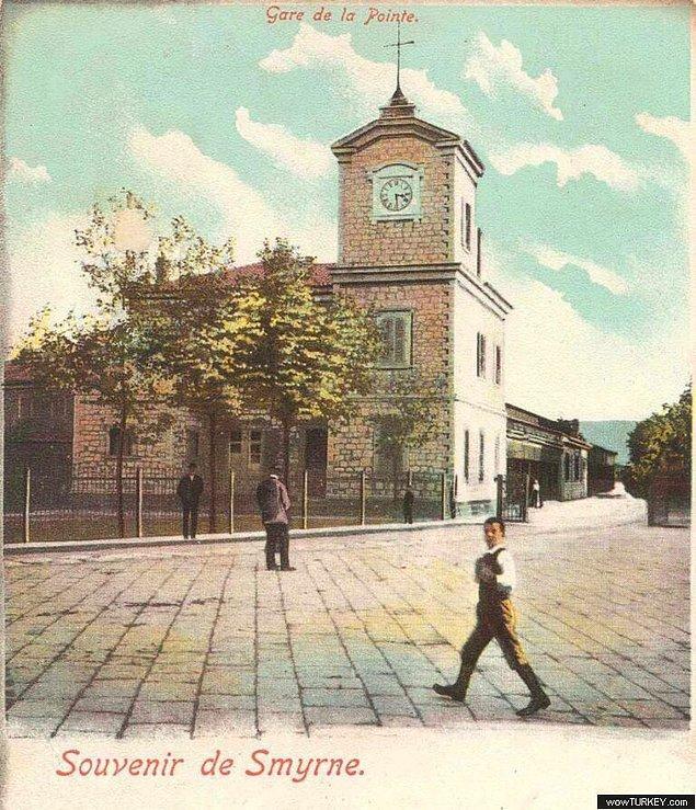 Şehrin zamanı gösteren toplam 4 kulesi var. En eskisi Alsancak Garı Saat Kulesi.